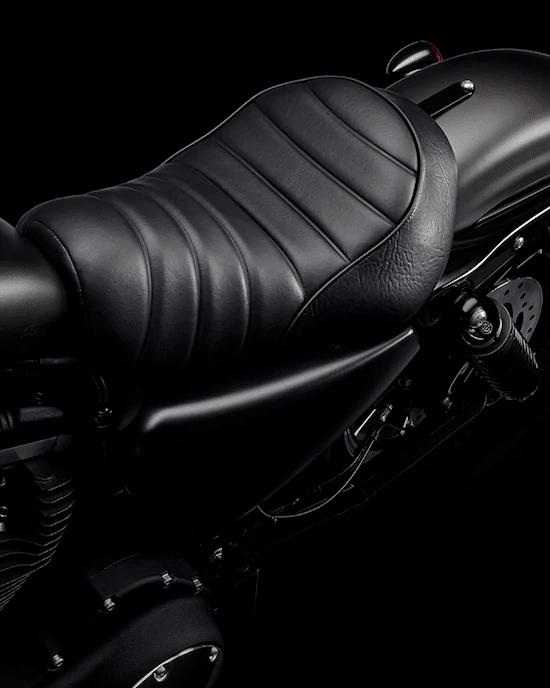 """ASIENTO ESTILO TUCK & ROLLUn asiento único que combina la comodidad moderna con un auténtico diseño """"tuck & roll"""" inspirado en las primeras Bobber."""
