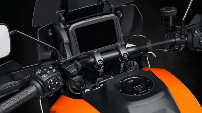 """NUESTRAS GRANDES EXPECTATIVASLos modelos Pan America 1250 cuentan con la tecnología más avanzada que se pueda esperar para la categoría: Unidad de Medición Inercial (IMU) de seis ejes, modos de conducción personalizables, conectividad Bluetooth y funciones de navegación para mapa en movimiento en una pantalla táctil de 173 mm (6,8"""")."""