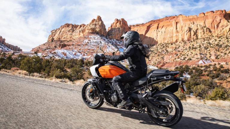 UN DISEÑO DISTINGUIDOLos equipos de diseño e ingeniería de H-D crearon una visión guiada por la utilidad y arraigada en el espíritu de los icónicos vehículos estadounidenses todoterreno. En un contexto donde predominan los estilos uniformes de motocicletas, la Pan America es un vehículo resistente que combina función y forma en una versión que es única de Harley-Davidson.