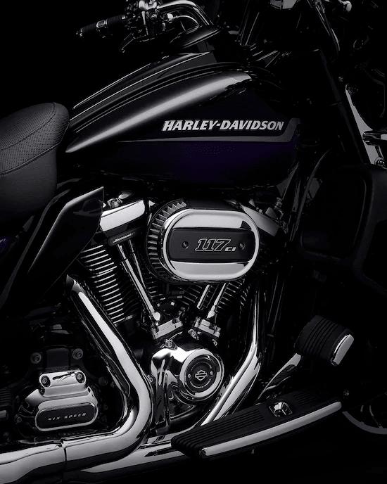 MOTOR MILWAUKEE-EIGHT™ TWIN-COOLED™ 117El motor V-Twin más potente que alguna vez haya salido de la fábrica H-D™ , solo disponible en modelos CVO™. Incluye una caja de balancines inferior con colores acentuados y acabados blaze red.