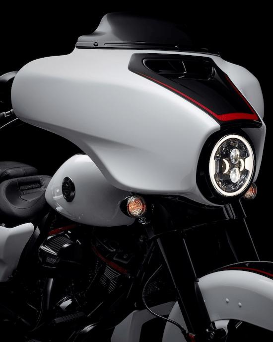 FARO DELANTERO LED ADAPTABLE DAYMAKER™ El sistema de faros delanteros más avanzado para una motocicleta Harley-Davidson™ . Cuenta con un exclusivo anillo exterior de luz LED que funciona como luz de posición y luces LED adicionales que se activan en función de la inclinación de la moto para proyectar la luz en las esquinas e iluminar áreas de la carretera que los faros delanteros LED tradicionales no iluminan.