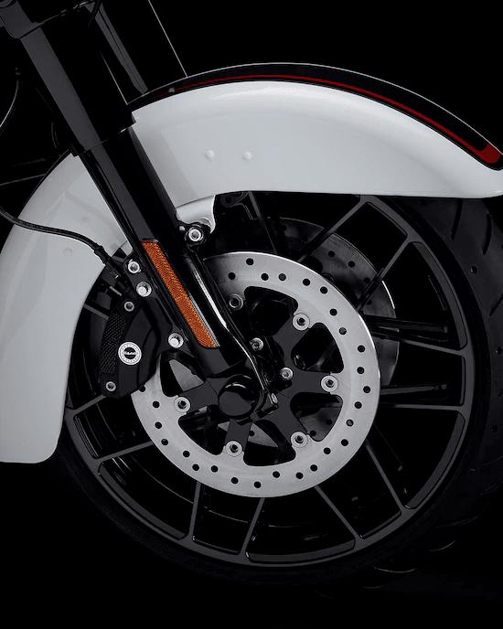RINES DE ALUMINIO FUNDIDO FUGITIVE™La apariencia hot rod bagger de alta calidad se completa con un rin delantero de 19 pulgadas y un rin trasero de 18 pulgadas negro brillante/satinado.