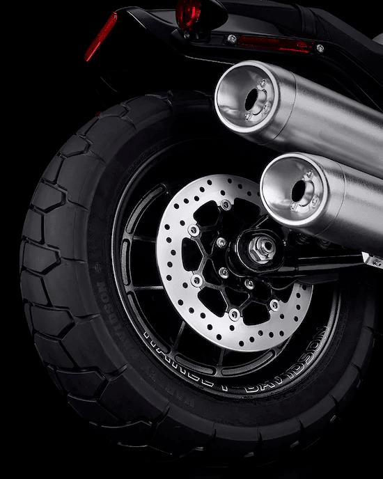 FRENOS DELANTEROS DE DISCO DOBLEEl motor Milwaukee-Eight™  tiene una potencia más que suficiente. Además, estos frenos de disco doble de alto rendimiento te ayudan a mantener esa potencia bajo control cuando lo necesitas.