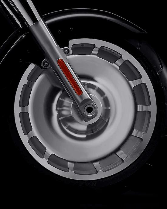 POSTURA DE APLANADORAAspecto robusto con rines de disco sólido Lakester cubiertos con el neumático delantero más ancho que hemos ofrecido de fábrica, de 160 mm, combinado con un neumático trasero de 240 mm.