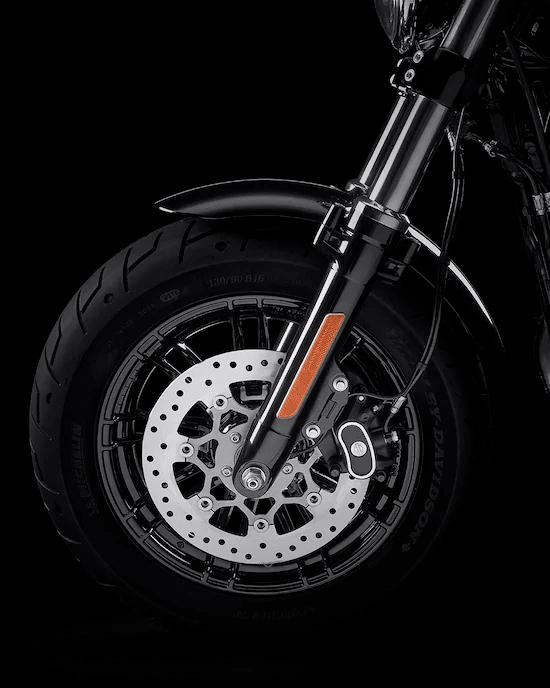 RINES DE ALUMINIO FUNDIDO DE 9 RADIOS DIVIDIDOSConjunto de rines negros con detalles mecanizados que resaltan el diseño. Están fabricados con aluminio fundido liviano, lo que permite un andar cómodo y ágil incluso con neumáticos gruesos.