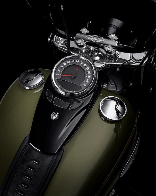 UN CLÁSICO OSCURO CON UN TOQUE MODERNOCon el estilo típico de la época de los gángsters y detalles vintage. Si Bonnie y Clyde hubieran conducido una motocicleta Harley™ , habría sido este modelo.