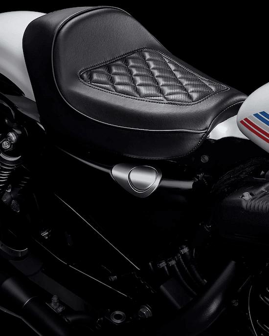 """ASIENTO INDIVIDUAL CAFÉTus manos y tus pies alcanzan naturalmente los controles cuando te sientas """"en"""" la motocicleta. Este asiento es un homenaje al tradicional e icónico estilo Café Racer."""
