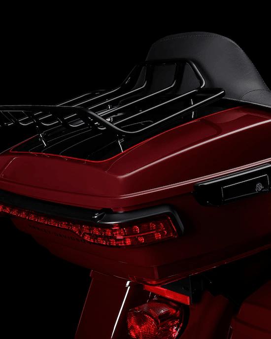 PORTAEQUIPAJES TOUR-PAK™  DE ALTA CALIDADUn portaequipajes Tour-Pak™  elegante pero espacioso con rejilla para equipaje en donde se puede guardar fácilmente el casco del motociclista y el del pasajero, además de otras cosas esenciales para viajar.