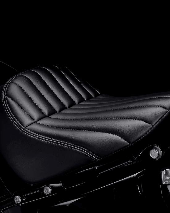 """ASIENTO BAJO TIPO TUCK-AND-ROLLUn asiento individual bajo que muestra el guardabarros trasero recortado y te hace """"parte"""" de la moto."""