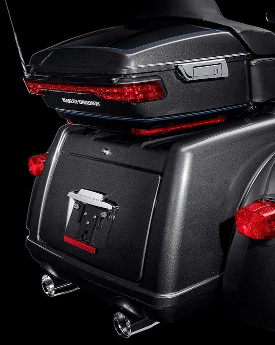 PORTAEQUIPAJES Y ALMACENAMIENTO KING TOUR-PAK™El maletero integrado ofrece 4,4 pies cúbicos (125 L) y 50 libras (23 kg) de capacidad de almacenamiento, mientras que el portaequipajes Tour-Pak™  moldeado por inyección agrega una capacidad de almacenamiento de 2,4 pies cúbicos (68 L), lo que en total te ofrece 6,8 pies cúbicos (192 L) de almacenamiento.